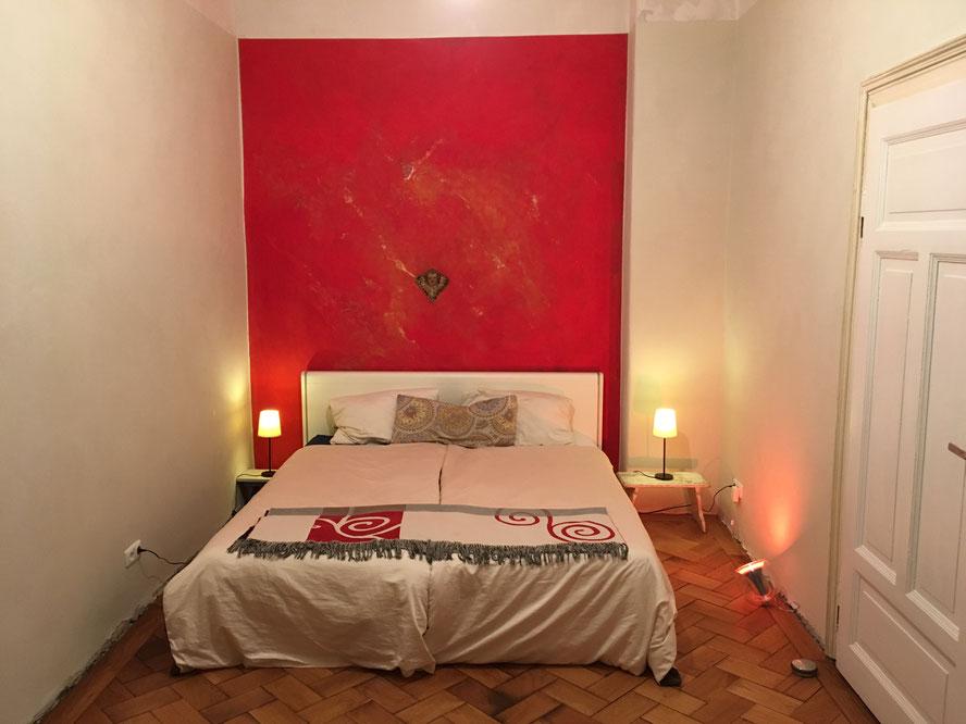 rote Wand im Schlafzimmer