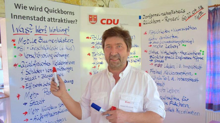 Moderierte die Veranstaltung mit professionellen Tafeln: CDU-Kandidat Robert Hüneburg