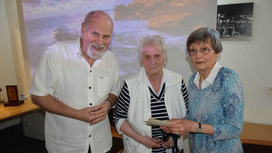 Marlis Carius (M.) nutzte die Gelegenheit, Irene Lühdorff  eigene Fotos aus der Geschichte Quickborns zu zeigen, Senioren-Chef Thomas Dänecke freute sich über die positive Resonanz.