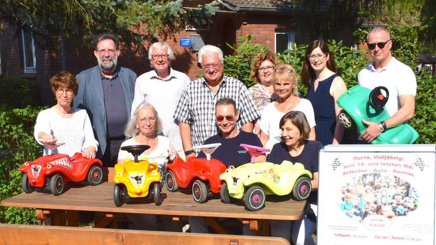 Die drei Organisatoren Jens-Olaf Nuckel, Ulrich Knees und Bernd Kleinhapel (hintere Reihe v.l.) laden zusammen mit Stadtjugendpflegerin Birgit Hesse (vorne l.) und ihren Mitarbeiterinnen und Vertretern der Sponsoren zum letzten Bobby-Car-Rennen ein.