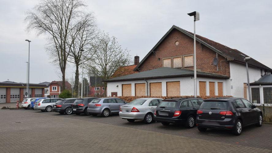 Dieses Haus befindet sich in unmittelbarer Nachbarschaft der Feuerwache (im Hintergrund)