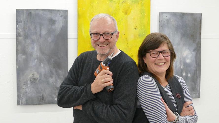 Trotz schwerer Exponate hatten Kunstvereins-Co-Chef Edwin Zaft und Künstlerin Ulea Wesemeyer viel Spaß beim Aufbau der Ausstellung in Quickborn