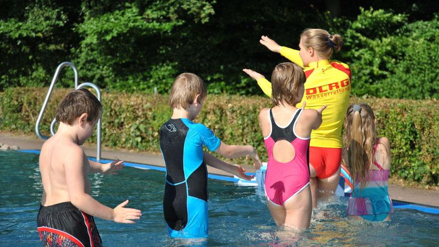 Auf geht´s zu den Schwimmkursen der DLRG ... (Foto: DLRG)
