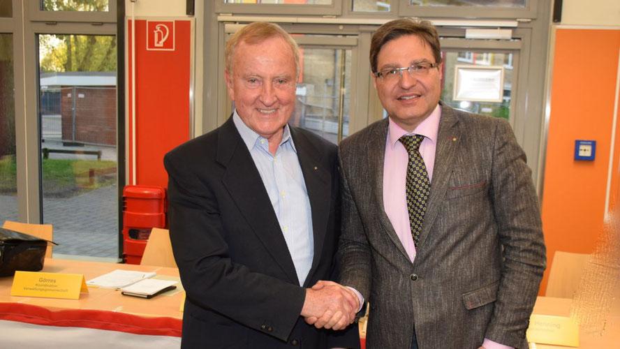 Historischer Händedruck: Elleraus Bürgermeister Eckart Urban und Quickborns Bürgermeister Thomas Köppl  begrüßen die Zusammenarbeit