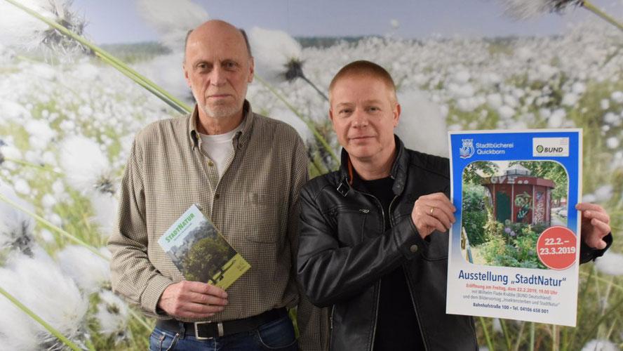 Hans-Joachim Bull (BUND) begleitet die Ausstellung, die Leiter Klaus Fechner in der Stadtbücherei zeigt (v.l.)