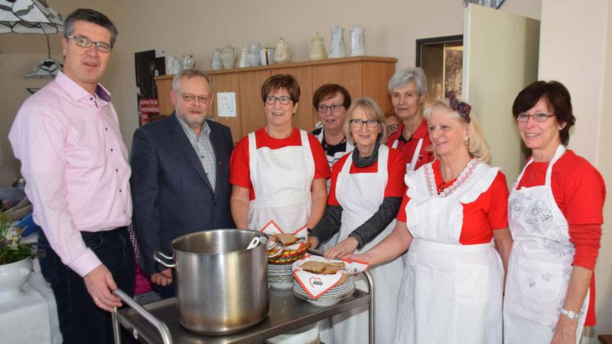 Bürgervorsteher Henning Meyn (2.v.l.) und Fachbereichsleiter Carsten Möller ließen sich die Suppe schmecken, die Elke Schreiber und ihr Team frisch zubereitet hatten