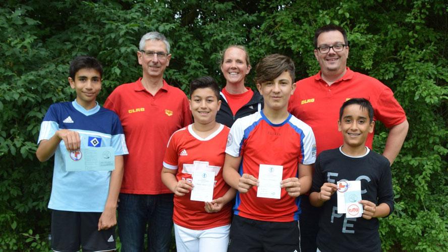 Bernd Schumacher, Lisa Bernhardt und Marvin de Vries sind stolz auf die erreichten Leistungen der Jugendlichen im Schwimmkurs der Comenius-Schule / Foto: Bernhardt/Comenius-Schule