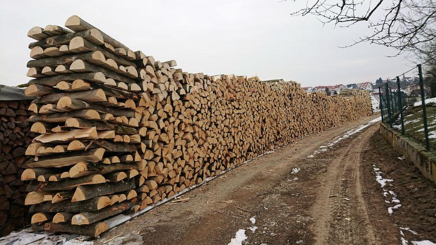 Brennholz trocknet an der frischen Luft