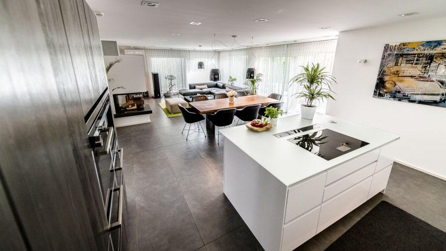 offener Wohnbereich mit Küche und Esstisch