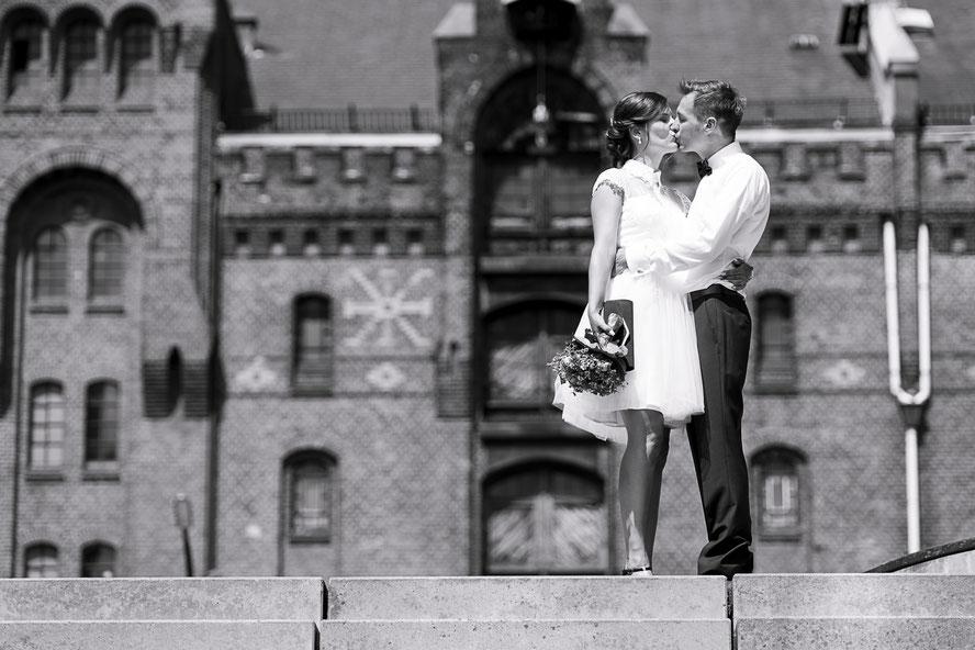 Hochzeitsfotograf Hamburg - Brautleute vor der Speicherstadt