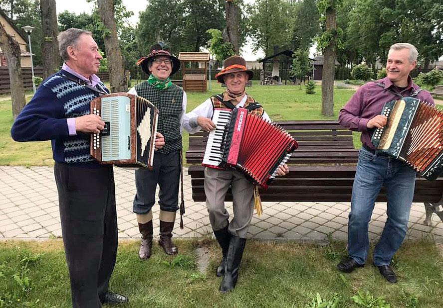 Žirgų ir žygeivių sutiktuvės Upytėje - kapela groja armonikomis