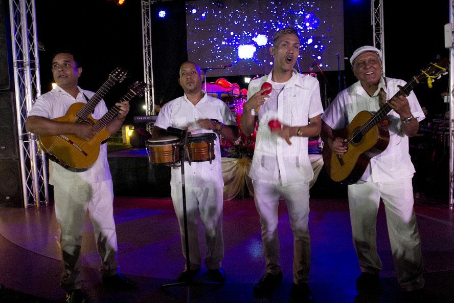 Havanoje muzika lydi kiekviename žingsnyje - vyrai koncertuoja Hotel Nacional viešbutyje