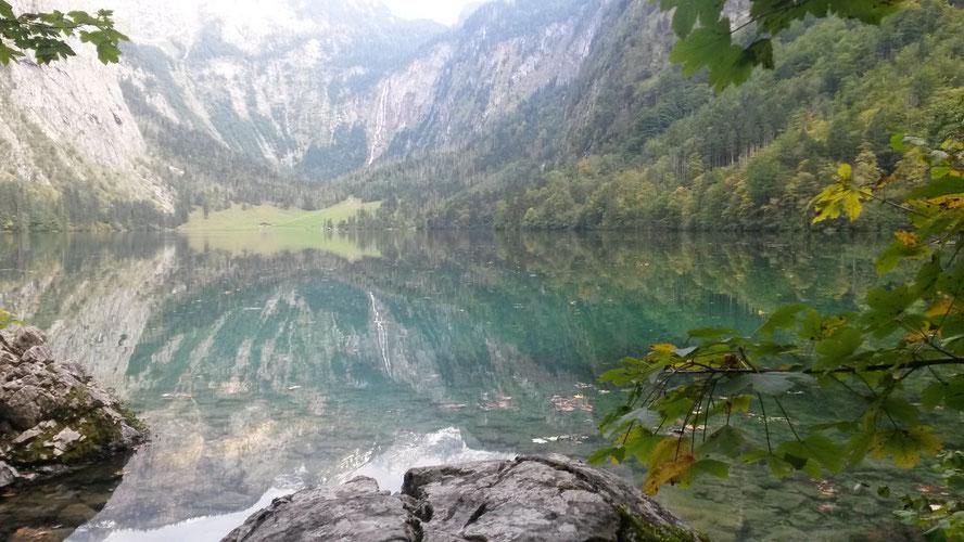 Qigong- Wasser fließt um großen Fels