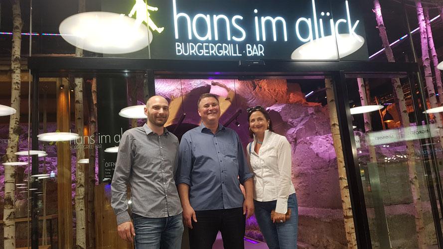 Unter den geladenen Gästen war auch Prof. Veronika Bellone, hier mit Matthias Frenzel (operationale Leitung) und Urs Abegglen (Partner des Franchisenehmer-Trios); Bern 17.07.2019 © Bellone Franchise Consulting GmbH