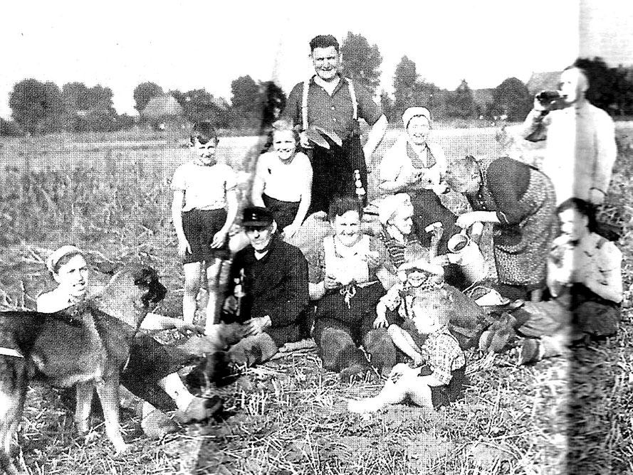 Vesperpause bei Familie Sengstake (Kirchweyhe, Richtweg) 1952 – Repro: W.Meyer