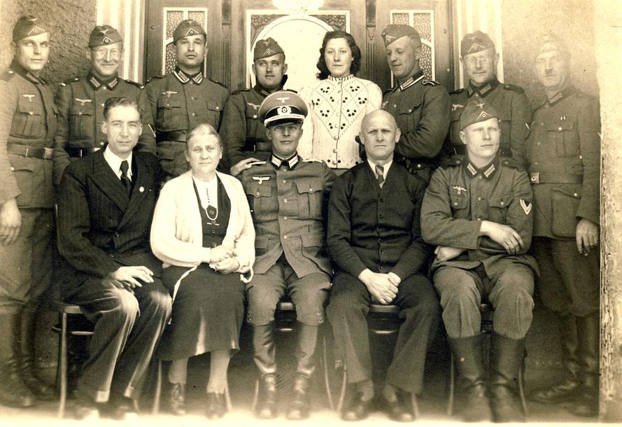 In den Kriegsjahren anfang der 1940er Jahre werden in Leeste deutsche Soldaten einquartiert. Auch im Gasthaus Nordmann sind einige untergebracht.