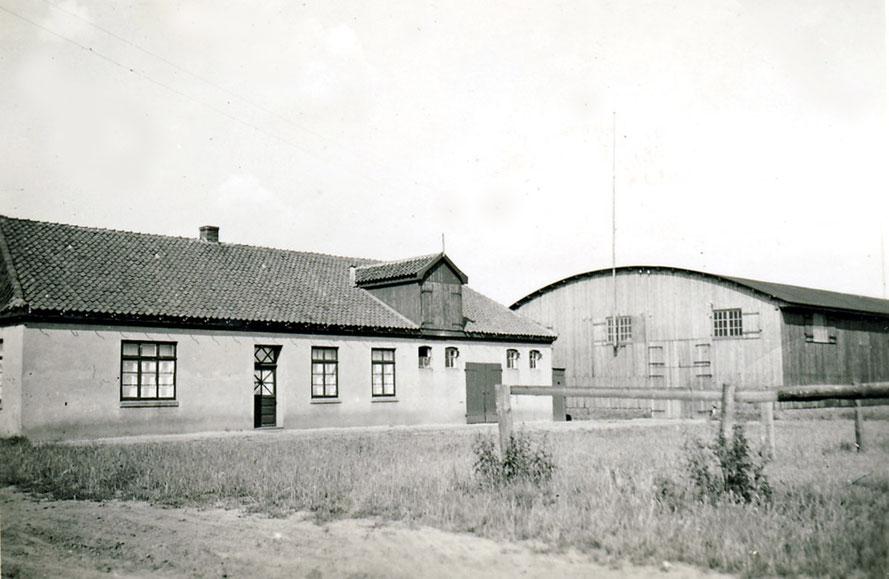 Die Sudweyher Reithalle mit Nebengebäude, in dem die Reitschüler und Pferde untergebracht sind / Repro: Wilfried Meyer