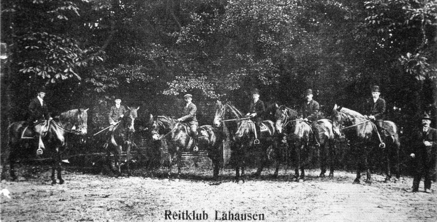 """der """"Reitclub Lahausen"""" im Jahr 1911 / Foto (Postkarte): Gemeindearchiv Weyhe"""