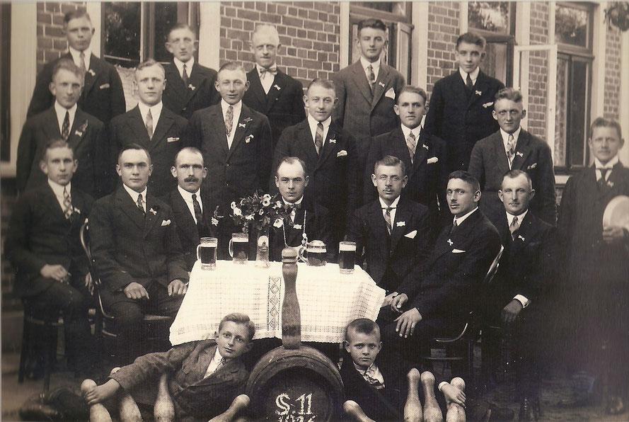 """1926: Der Kegelclub  """"Eintracht"""" trifft sich im  Garten (zur Beeke hin)  zum """"Freiluftkegeln"""" 1"""