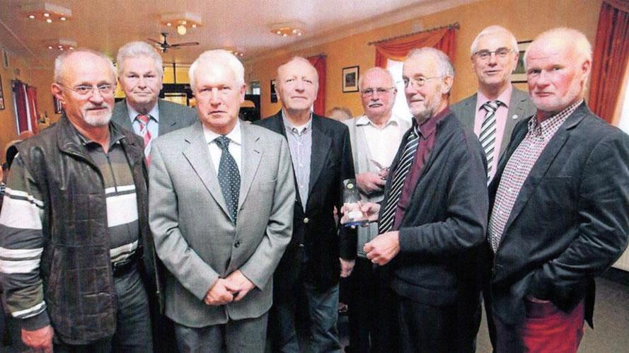 Der Vorsitzende der Reisevereinigung Manfred Meissner (3. v. rechts) zeichnet die erfolgreichsten Brieftaubenzüchter 2013 aus