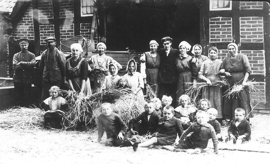 Leeste Hof Röten-Kastens 1917: Dreschen auf dem Hof 41
