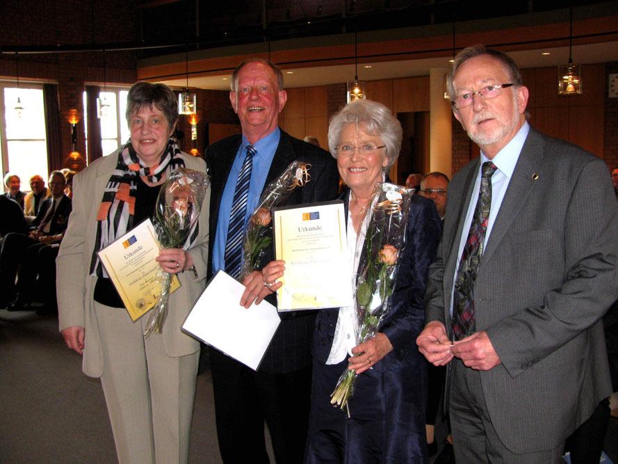 Foto: Wilfried Meyer / Ehrung: Inge Weinast, Wilfried und Anneli Witte, Heinz Diekmann (Landesverband Deutscher Amateurtheater, Bremen)