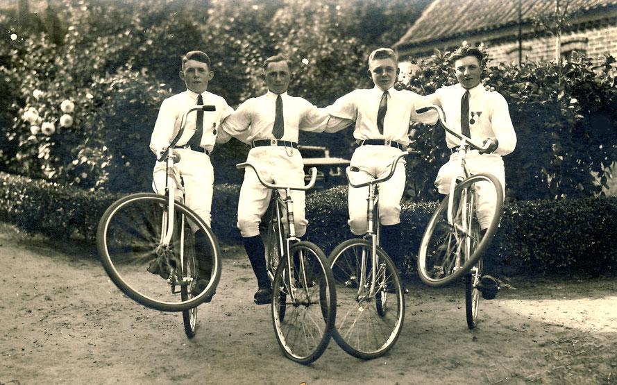 """Radfahrerverein """"Sturm"""" um 1926: Friedrich Bösche, Heinrich Bothmer, Hermann Landsberg und Fritz Bösche"""