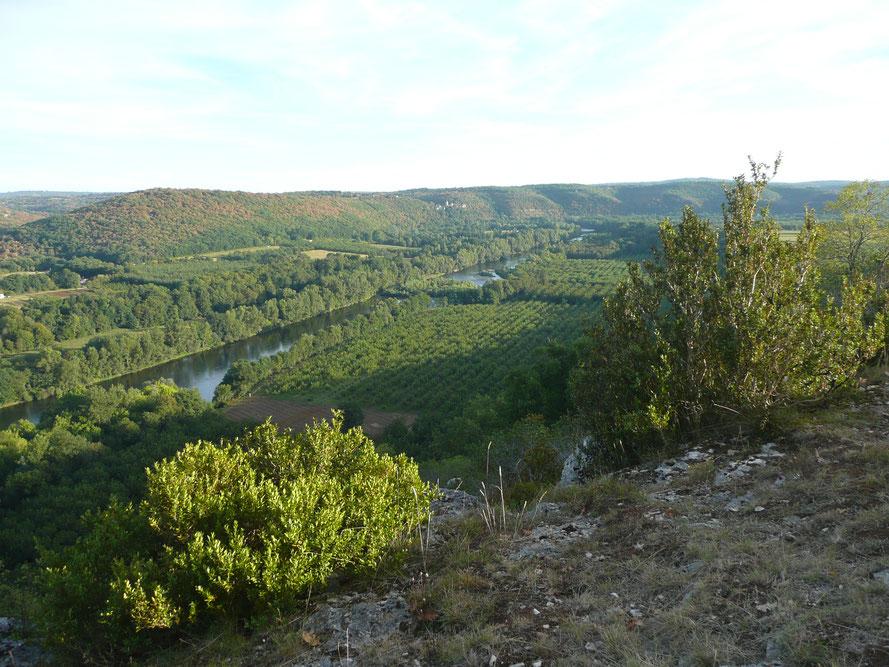 Depuis la Voie de Rocamadour, Chemin vers Compostelle, arrivée au-dessus de la Vallée de La Dordogne. Cette rivière est idéale pour le canoë, la pêche et la baignade