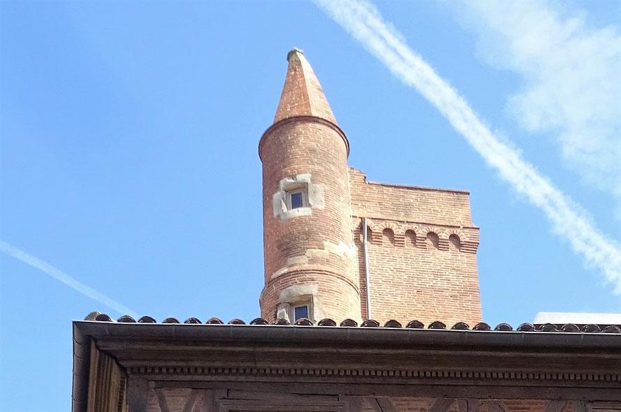 Le vent d'Autan a propoqué l'inlinaison du toit de la tour en usant les joints de chaux