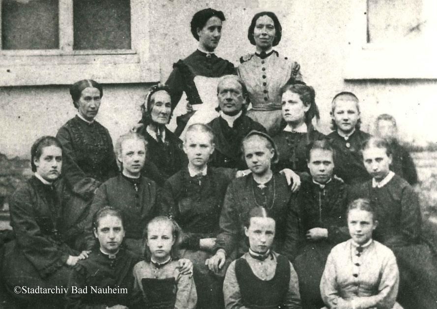 Pfarrer Johannes Münch und Ehefrau Elisabeth (Mitte) im Kreise von Schülerinnen des Mädcheninstituts ihrer Tochter Clothilde Münch (oben rechts, stehend).