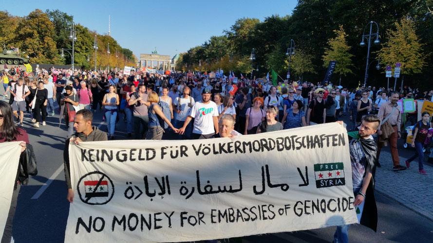 Kein Geld für Völkermordbotschaften - Berliner AktivistInnennetzwerk 4syrebellion auf der #unteilbar Demo in Berlin am 13.10-2018