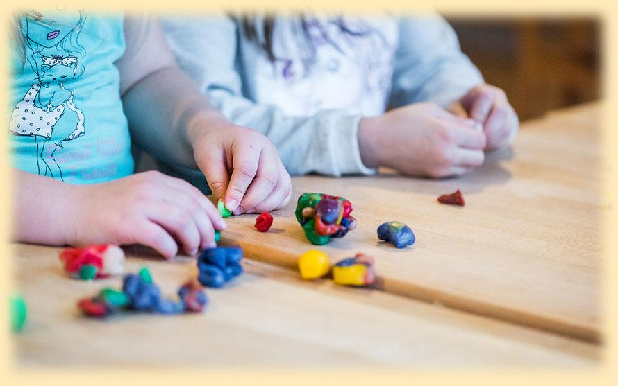 Kinder spielen mit Knetmasse