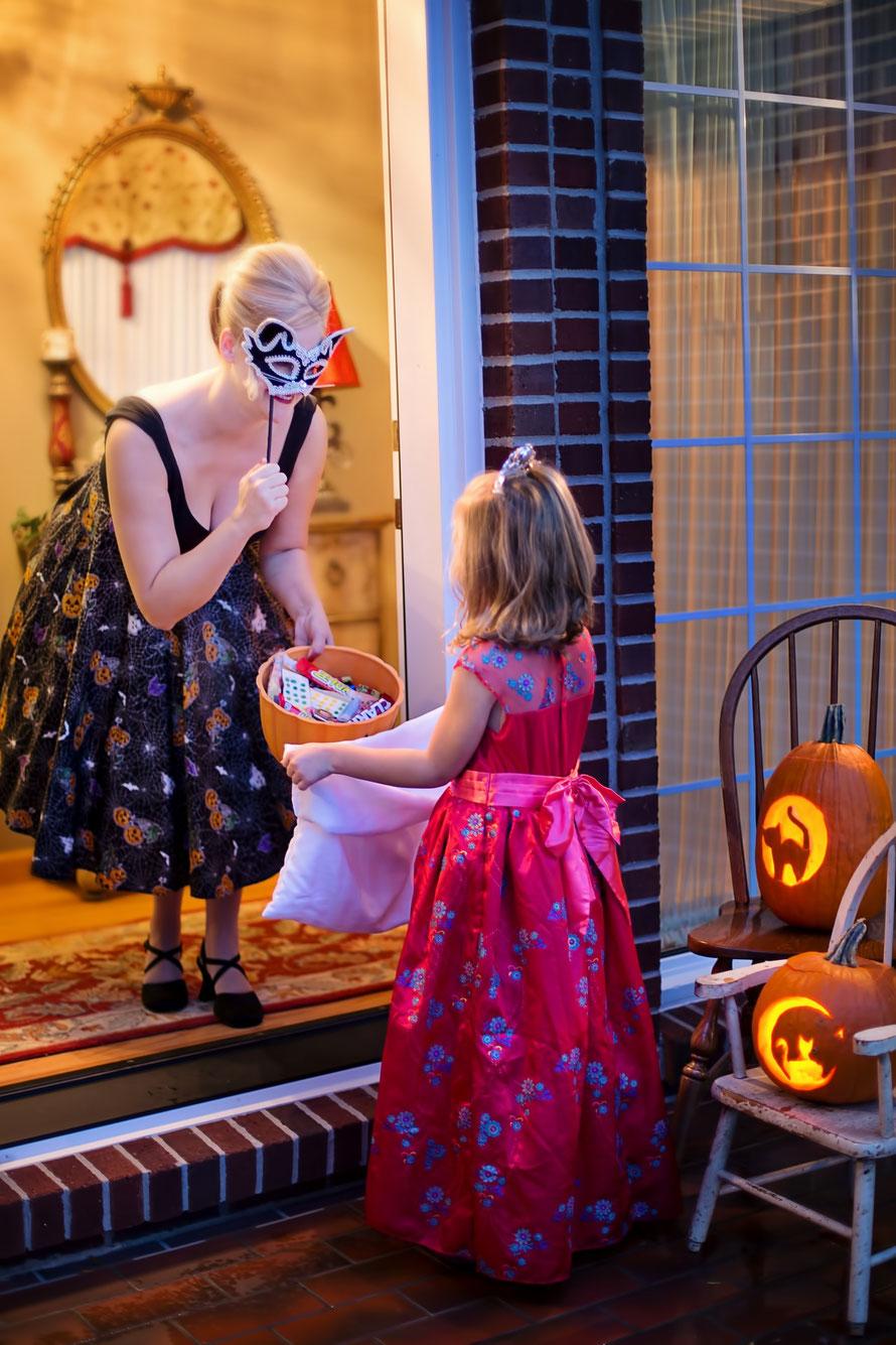 Faire du porte-à-porte pour fêter Halloween avec les enfants