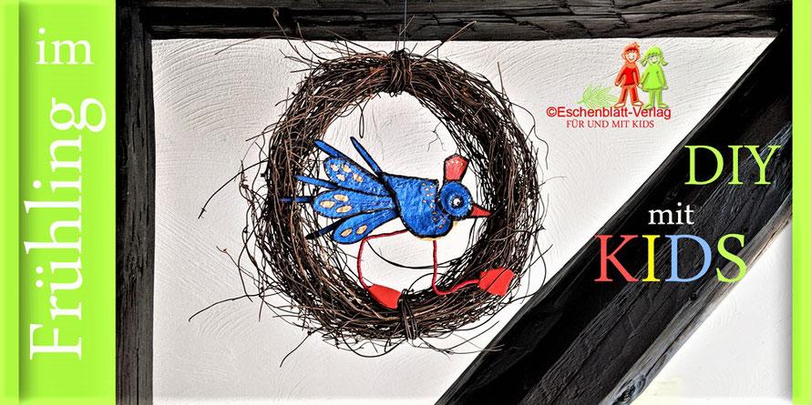 Vogel aus Eierkarton in einem Kranz aus Birkenreisig.