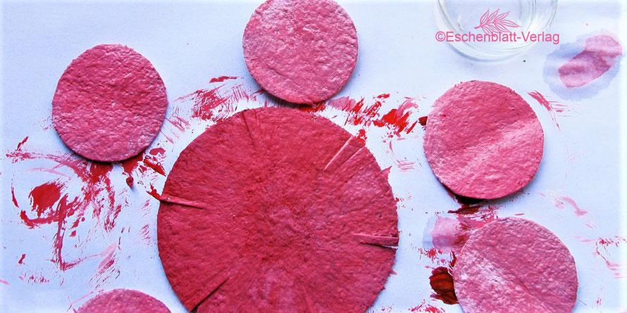 Kreise aus glatten Eierkartondeckeln zum Gestalten von Blüten und Rosetten
