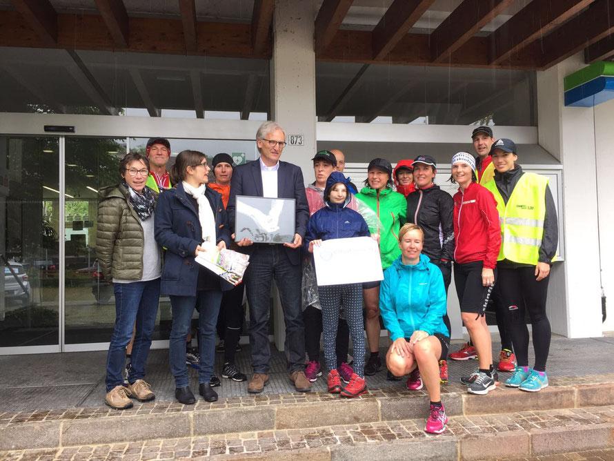 """Auch hier ein feiner Empfang mit Annika, dem Läuferteam """"Bregenzerwald läuft"""" und dem Bürgermeister Paul Sutterlüty"""