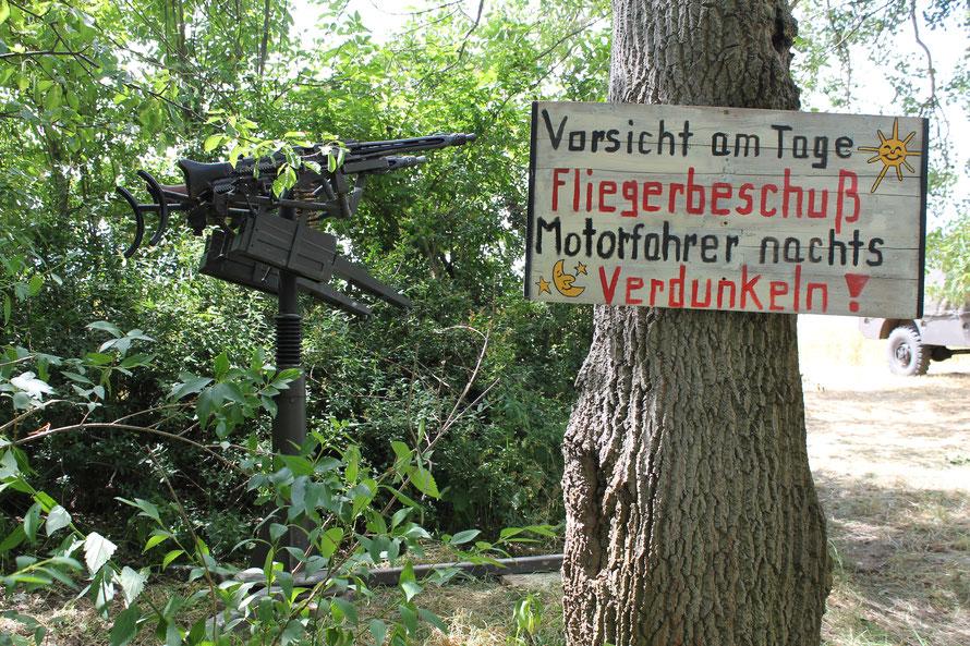Am Eingang zum Gelände: Gut getarnt, aber mit freiem Schussfeld!