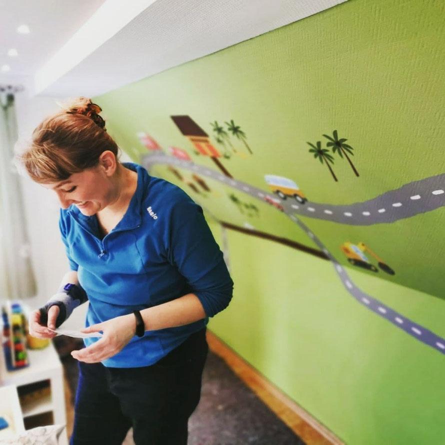 Das Kinderzimmer einer Freundin wird mit Baufahrzeuge Wandstickern verschönert. Die Straße habe ich vorher auf die Wand gemalt.