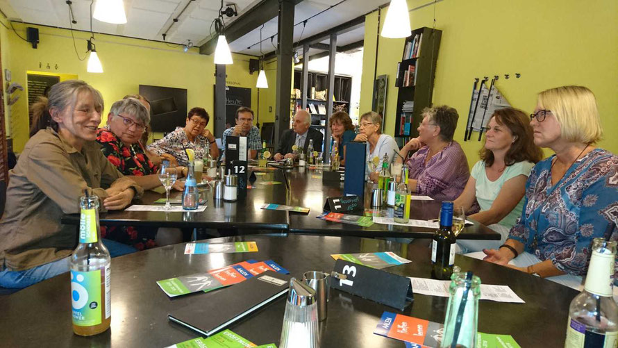 Diakon Jörg Dolmetsch, Diakon Michael Junge und Pfarrer Bernhard Richter mit den Absolventinnen verschiedener Sozialführerscheinkurse beim Nachtreffen im Café Samocca.