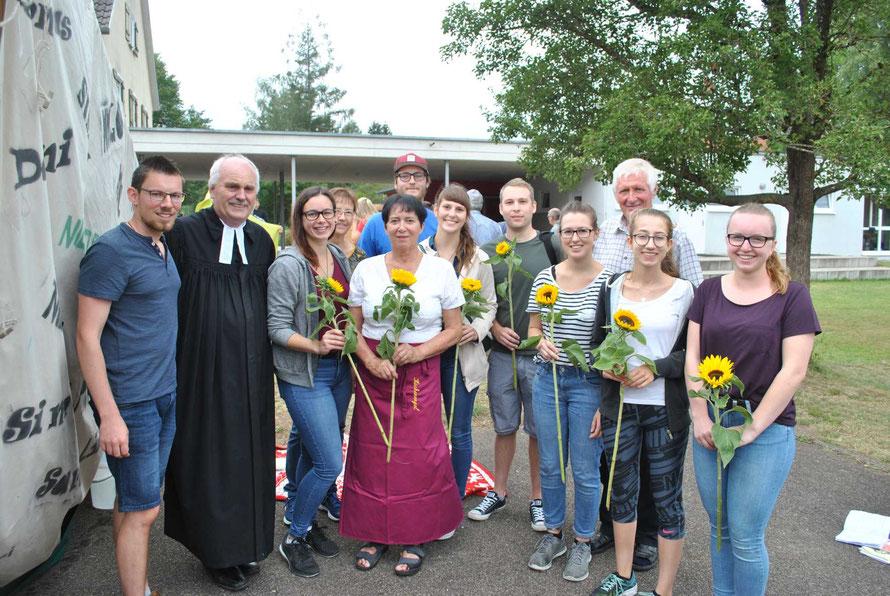 Unser Bild zeigt Alexander Bluemel und Pfarrer Bernhard Richter mit allen Verantwortlichen des Ferientagheimes (Foto: Tim Abramowski)