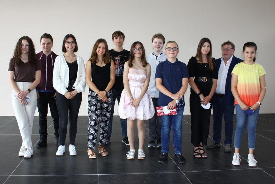 V.l.n.r.: Celin Ritter (MSS 11), Christian Masold (MSS 12), Lara Gartner (10c), Polla Cindula (10d), Manuel Dold (8d), Nele Sitter (9d), Mika Gaschler (8d),  Cedric Kersten (7c), Nahla Bayerle (6c), Karlheinz König, Emma Molter (5d)