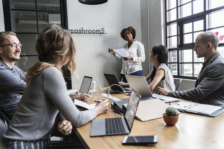 Simply Enjoy HR : expert en ressources humaines et qui transmet ses connaissances à ceux qui en font la demande