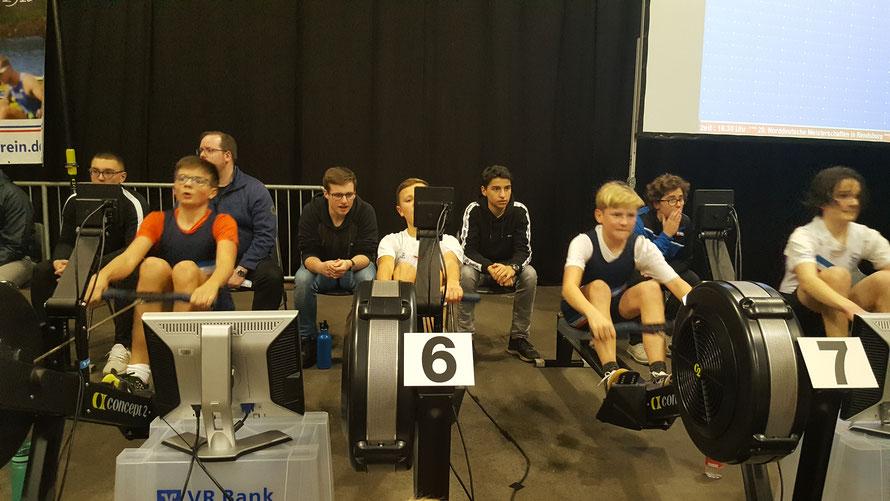 Constantin Lövenich (Ergometer 5) wurde Zweiter in 3´55 Minuten vor seinem Zweier-Partner Jano Drews (Ergometer 7) in 4´02 Minuten bei den 14-jährigen Leichtgewichts-Jungen über die 1000 m Wettkampf-Distanz der Jungen und Mädchen.