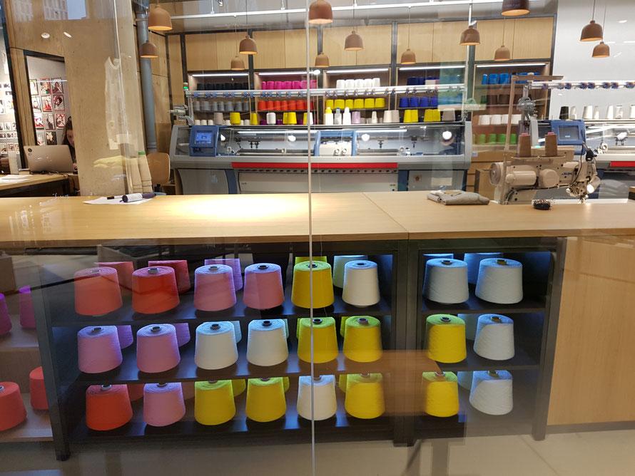 KNIT FOR YOU: Merino-Wolle vor gläserner Werkstatt