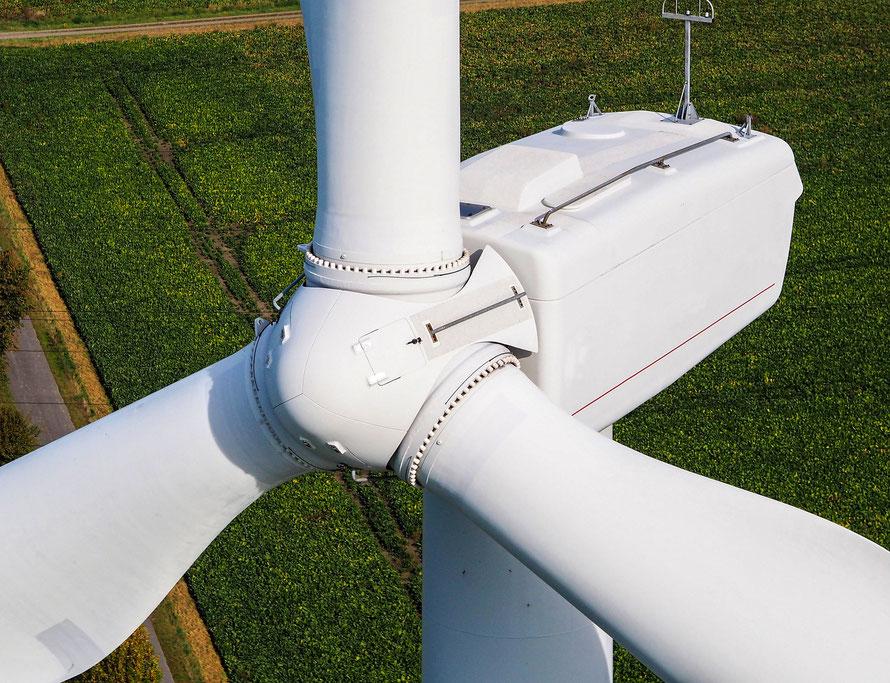 Luftaufnahme Windkraftanlage von schräg oben