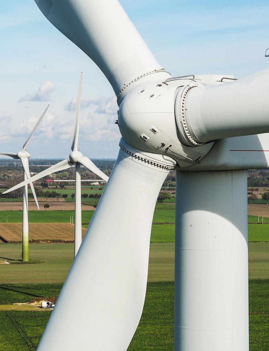 frontale Luftaufnahme einer Windkraftanlage