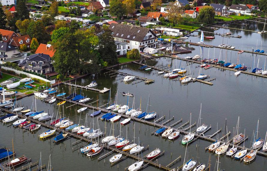 Luftaufnahme eines Bootshafens aus flachem Winkel
