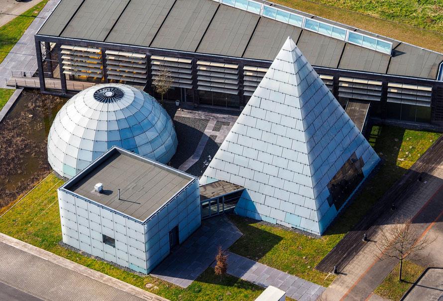 Pyramide, Würfel, Halbkugel - Luftaufnahme geometrischer Architektur auf dem ehemaligen Expogelände