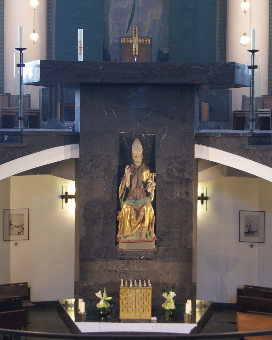 Altarblock in der St. Hedwigs-Kathedrale mit der unteren und oberen Altarmensa _ Foto:  Werner J. Kohl