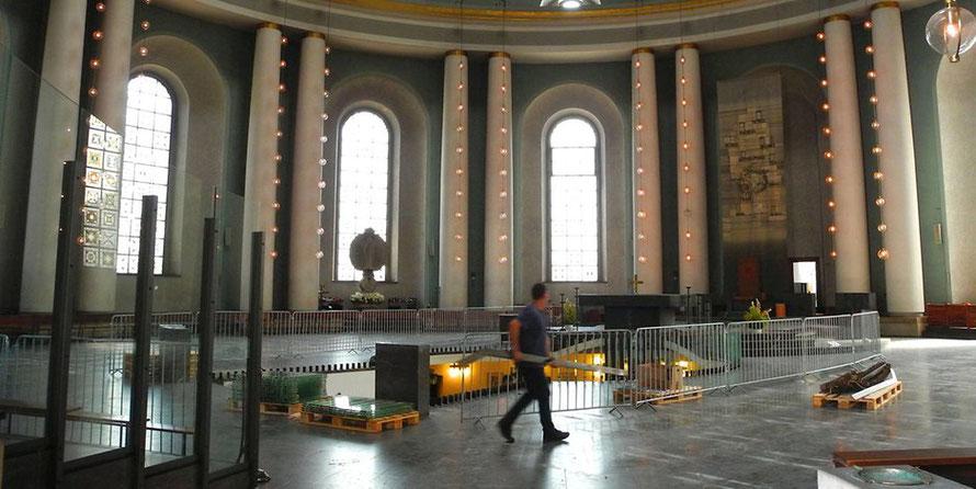 """Fast ganz leer ist der runde Kirchenraum der Kathedrale bereits jetzt. Die Vorbereitungen für die Kunstinstallation """"Glowing Core"""" (""""Glutkern"""") haben begonnen.  Foto: imago/PEMAX"""